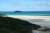 Blauer Himmel und blaues Meer am Strand