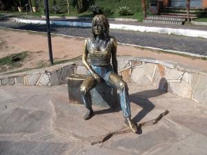 Bronze Statue von Brigitte Bardot in Buzios (Brasilien)