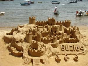 Sandburg am Strand von Buzios (Urlaub in Brasilien)