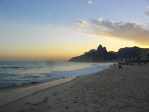 Sehenswürdigkeit: Die Copacabana in Rio de Janeiro bei Sonnenuntergang