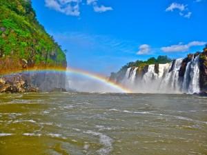 Iguazu-Wasserfälle mit Regenbogen (Foz do Iguacu)